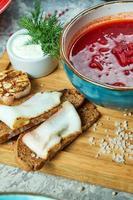 sopa de beterraba vermelha e pão preto com bacon foto