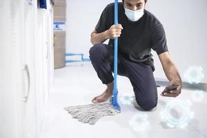 homem asiático limpando banheiro pessoal foto