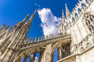 terraços na cobertura do duomo de milão na itália foto