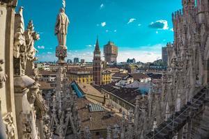 vista panorâmica do horizonte da cidade vista dos terraços da catedral de milão foto
