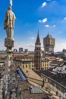 vista do horizonte de milão no telhado da catedral de milão foto