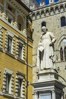 monumento de sallustio bandini na praça salimbeni em siena foto