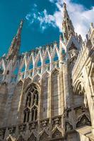 lindo terraço de luxo no topo da catedral de Milão com fileiras de pináculos góticos foto