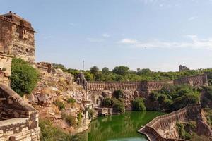 reservatório de água do forte chittorgarh em rajasthan, índia foto