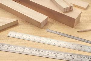 grupo de materiais de madeira variados com réguas profissionais carpintaria, medição de madeira ou conceito de madeira foto