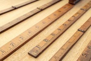 grupo de régua de madeira velha na mesa de medição ou conceito de precisão foto
