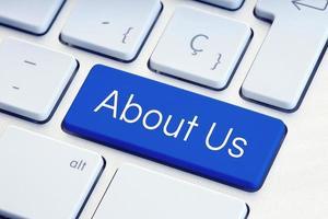 sobre nós, palavra na tecla azul do teclado do computador foto