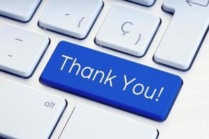 palavra de agradecimento na tecla azul do teclado do computador foto