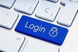 palavra de login e teclado de bloqueio na segurança de tecnologia de chave de teclado de computador azul ou conceito de hacking foto