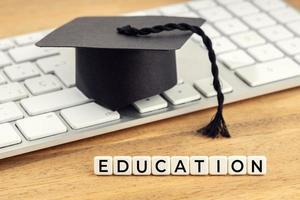 chapéu de formatura do conceito de educação no teclado do computador foto