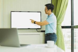 presença de empresário na sala de conferências com a mão apontando para a tela foto