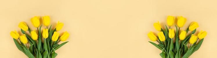 buquês de tulipas amarelas em banner amplo de fundo bege com espaço de cópia foto