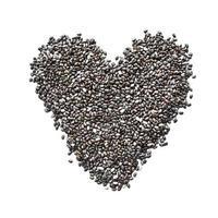 forma de coração de sementes de chia isoladas no fundo branco foto