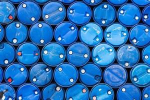 um fundo industrial de barris de óleo azul foto