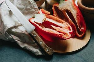 simulação de uma mesa de cozinha com pimenta cortada ao meio foto