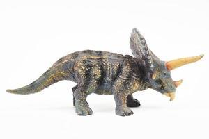 brinquedo de borracha triceratops de dinossauro isolado no branco foto