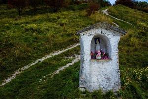 santuário votivo com estrada de montanha foto