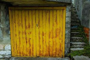garagem amarela zero foto
