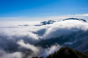 nuvens e montanhas seis foto