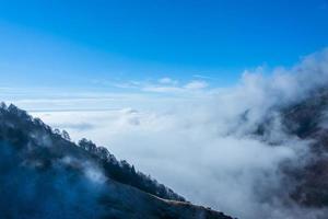 nuvens pairando sobre os Alpes foto