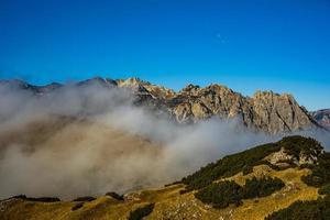 nuvens pairando sobre o dos Alpes foto