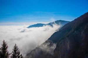 picos alpinos e nuvens foto