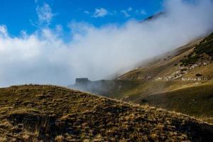 cabana entre os campos amarelos de outono nos Alpes dois foto