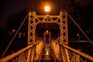 ponte de ferro e chuva foto