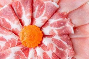 close-up fatiado de linguiça de presunto cozido e cenoura foto