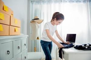 jovem asiática é freelancer com seu negócio privado no escritório em casa foto
