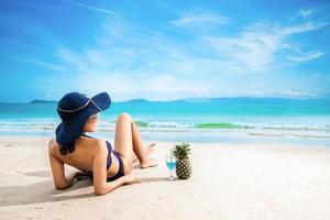 mulher sexy de biquíni azul na praia foto