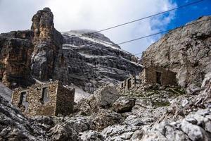 edifícios abandonados nas montanhas foto