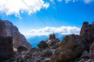 linhas paralelas nos picos de dolomita foto