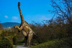 brontossauro entre árvores foto