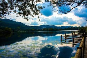 cais no lago foto