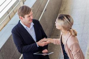homens e mulheres de negócios apertam as mãos em saudação foto