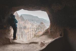 viajante de dentro da caverna olha para o vale de Selime foto