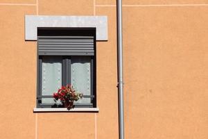 janela na fachada laranja da casa foto