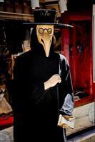 carnaval veneziano representando o médico da peste foto