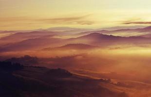 uma paisagem nebulosa da Toscana foto