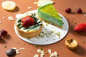 saborosos bolos de chocolate coloridos com vista de cima de frutas foto