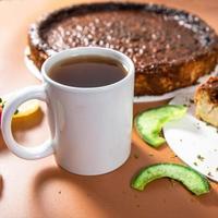 saboroso bolo de chocolate colorido com xícara de chá close-up foto