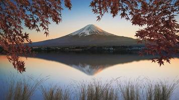 Monte Fuji visto do Lago Kawaguchi ao pôr do Sol no Japão foto