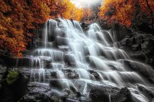 paisagem colorida deslumbrante com uma cachoeira espetacular no outono foto
