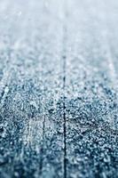 gelo no fundo de madeira foto