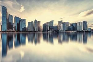 vista da baía da marina ao pôr do sol na cidade de cingapura foto