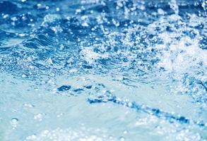 respingos de água no fundo do verão da piscina foto