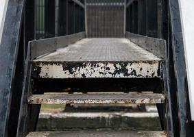 degraus de metal urbanos foto