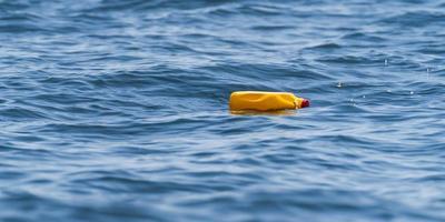garrafas plásticas no mar foto