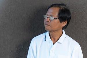 retrato de homem asiático sênior com óculos foto